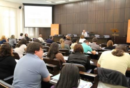 Profissionais profissionais que atuam na área de comunicação da USP acompanham palestra do editor da Revista USP, José Francisco de Carvalho Costa